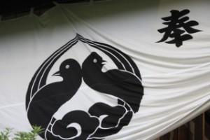 Стилизованное изображение голубей на фамильном гербе -моне